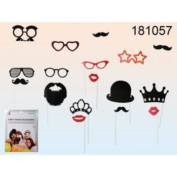 181057 - Accessori su bacchetta per foto di party (baffi, bacio, cappelo, corona, diadema, barba ecc.), set da 17, in sacchetto